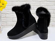 Классические высокие ботинки женские из натуральной замши черного цвета со вставкой из натуральной норки, на удобной не высокой танкетке, Коллекция
