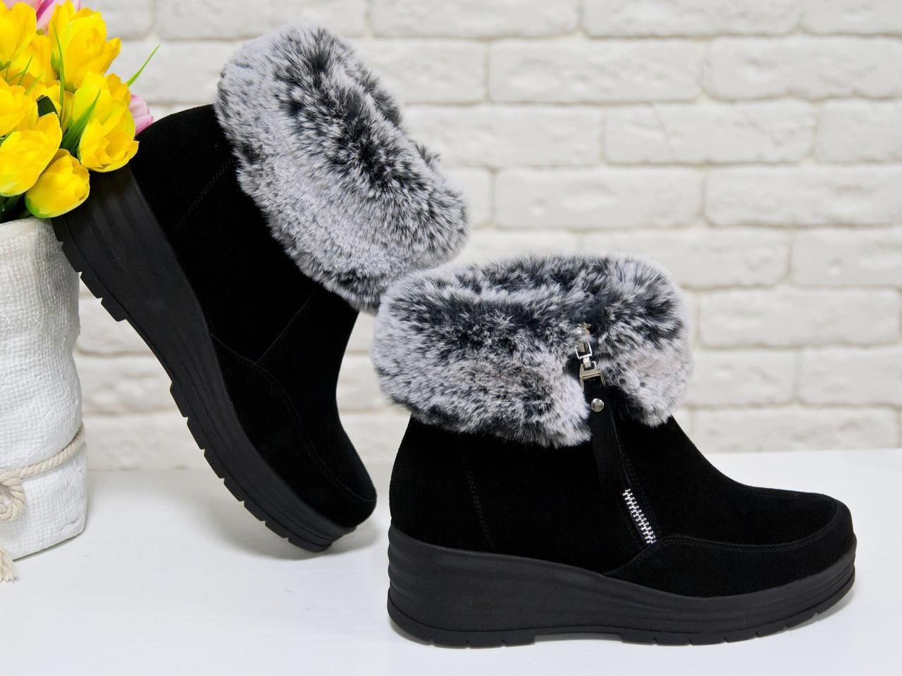 Классические женские ботинки из натуральной замши черного цвета с меховой опушкой, на удобной не высокой танкетке, Коллекция Осень-Зима 2017-2018,
