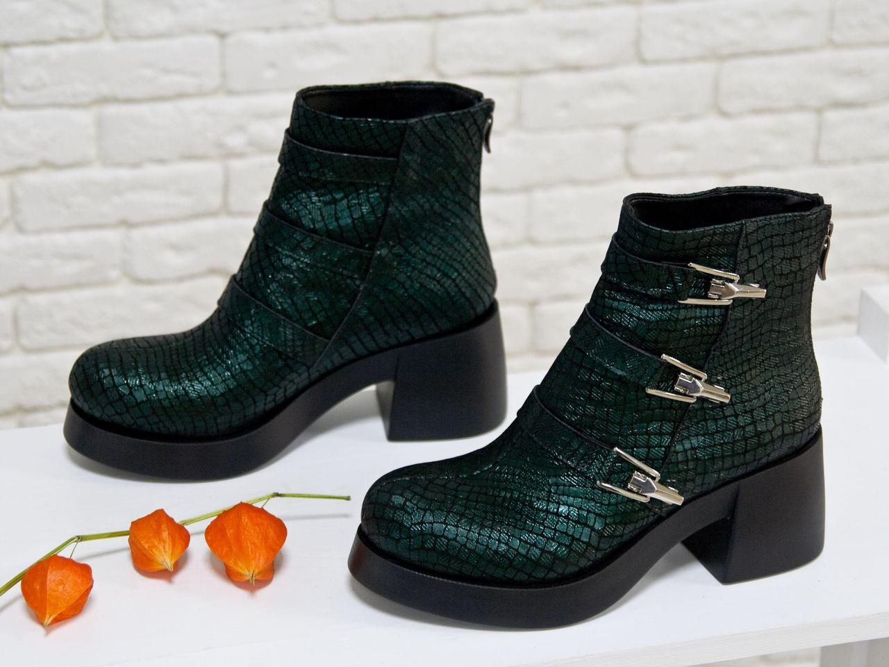 Ботинки из эксклюзивной натуральной кожи темно зеленого цвета с текстурой рептилии, с ремешками и серебряными застежками на черной устойчивой подошве,