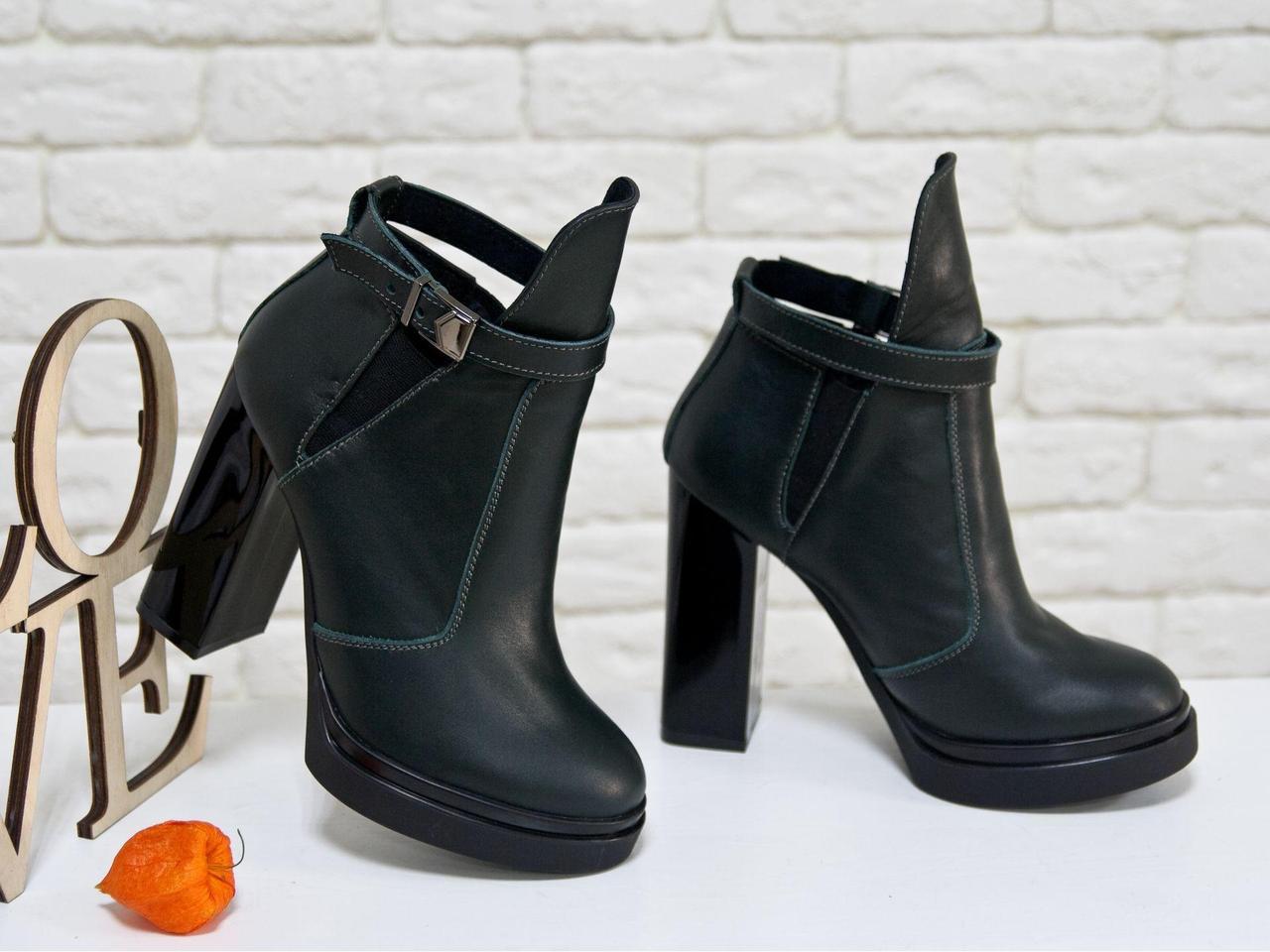 Ботинки из натуральной кожи зеленого цвета с резиновой вставкой сверху отделка в виде кожаного ремешка с застежкой, на высоком и устойчивом каблуке,