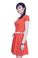 Красивое трикотажное повседневное платье с ожерельем из камней и поясом