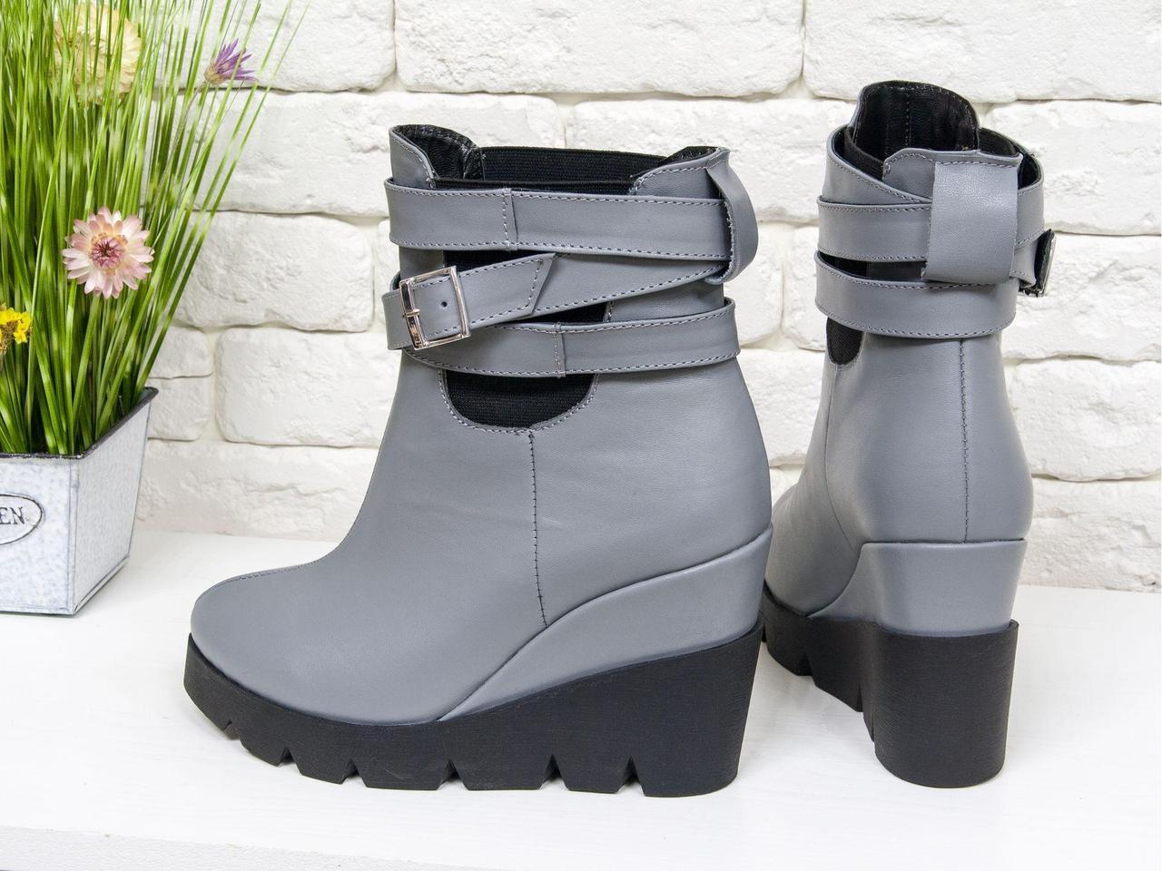 Ботинки с ремешками на танкетке из натуральной гладкой кожи серого цвета, на практичной черной подошве, Б-405