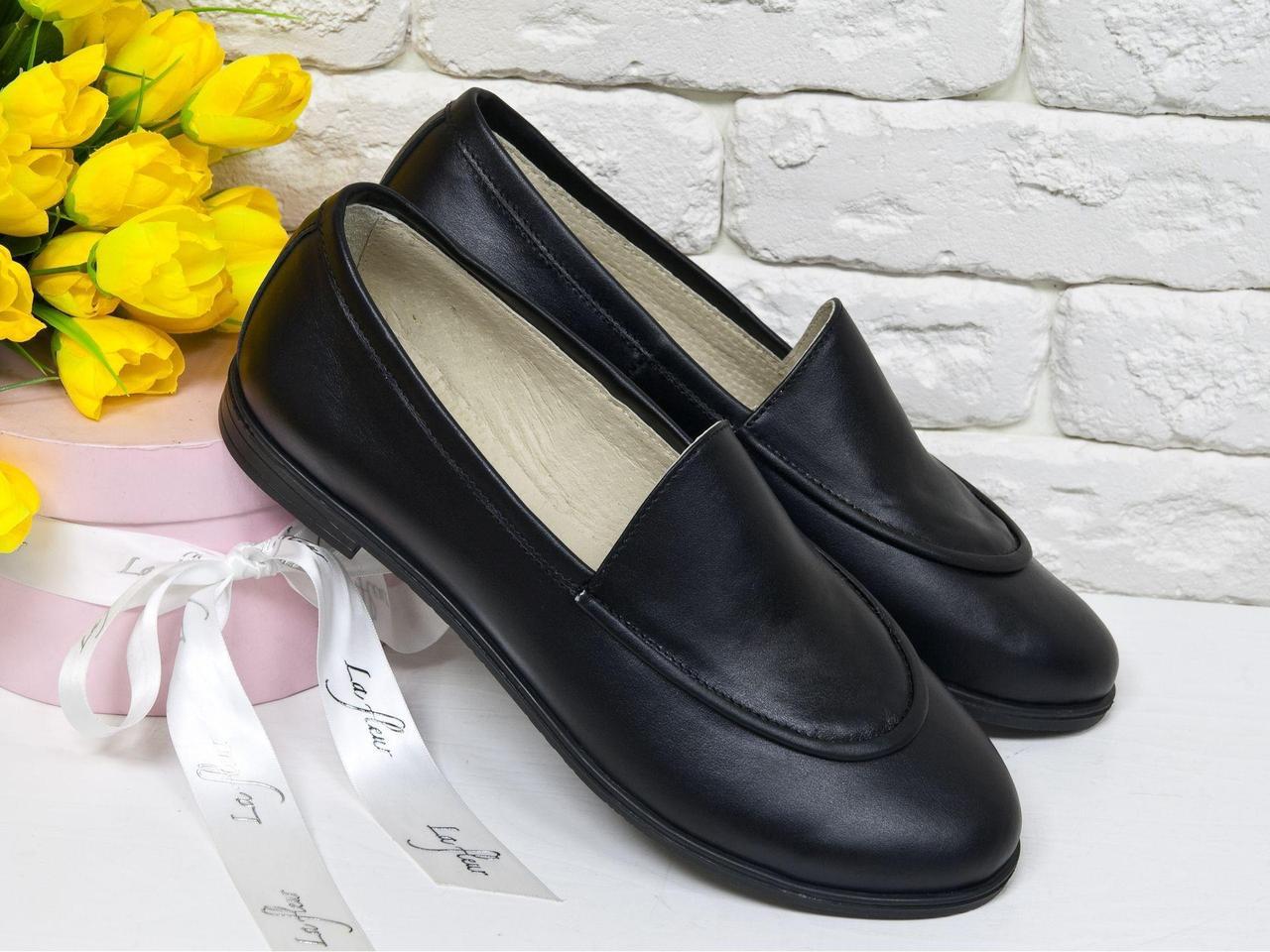 Кожаные туфли-лоферы с отстрочкой в черном цвете на удобной подошве и не высоком каблучке,  Т-17060