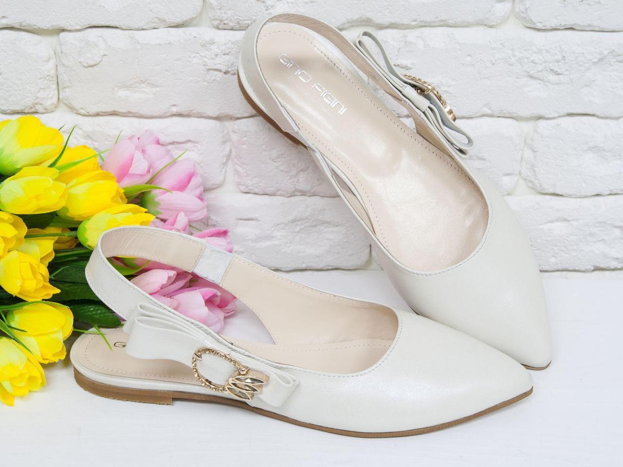 Туфли с открытой пяткой на плоской подошве из натуральной кожи молочного цвета с мерцающим блеском и яркой фурнитурой золотого цвета с камнями,