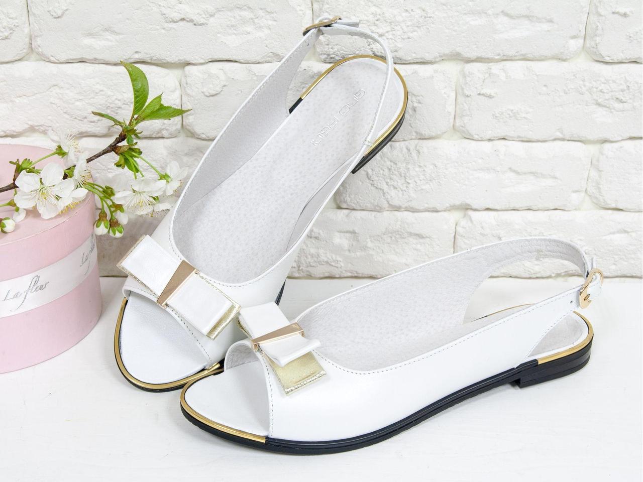 Классические Босоножки выполнены из натуральной кожи белого и золотого цвета, на низком ходу, С-104