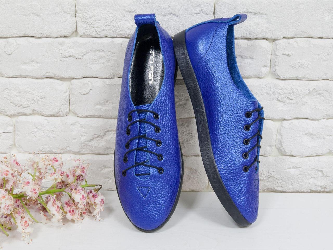 Невероятно легкие туфли-кеды из натуральной кожи ярко-синего цвета на черной эластичной подошве и черной шнуровке , Т-17412-06