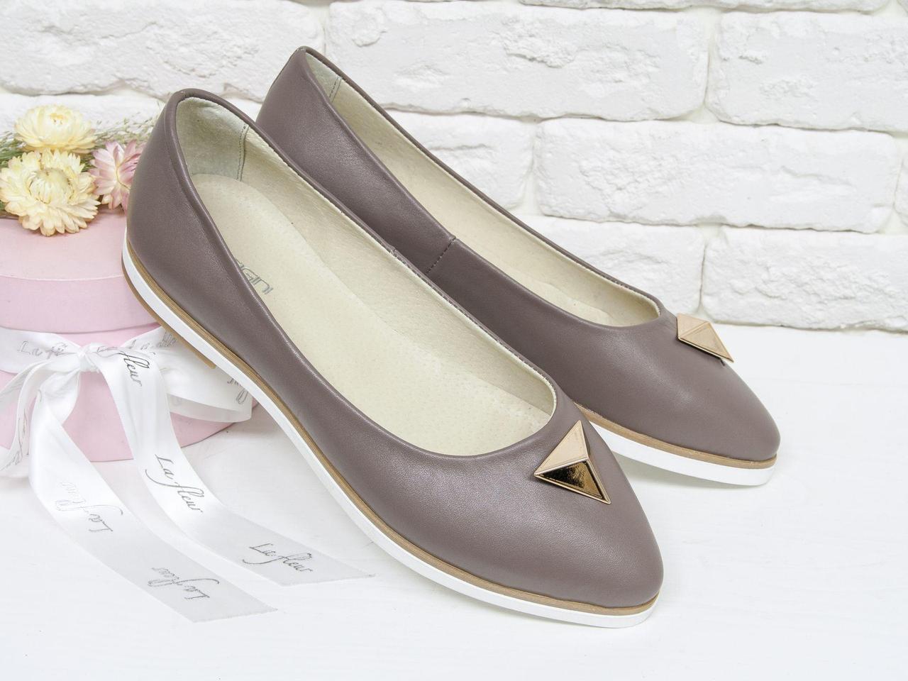 Туфли-балетки из натуральной кожи бежевого цвета с золотой фурнитурой, на белой прорезиненной подошве, Т-413