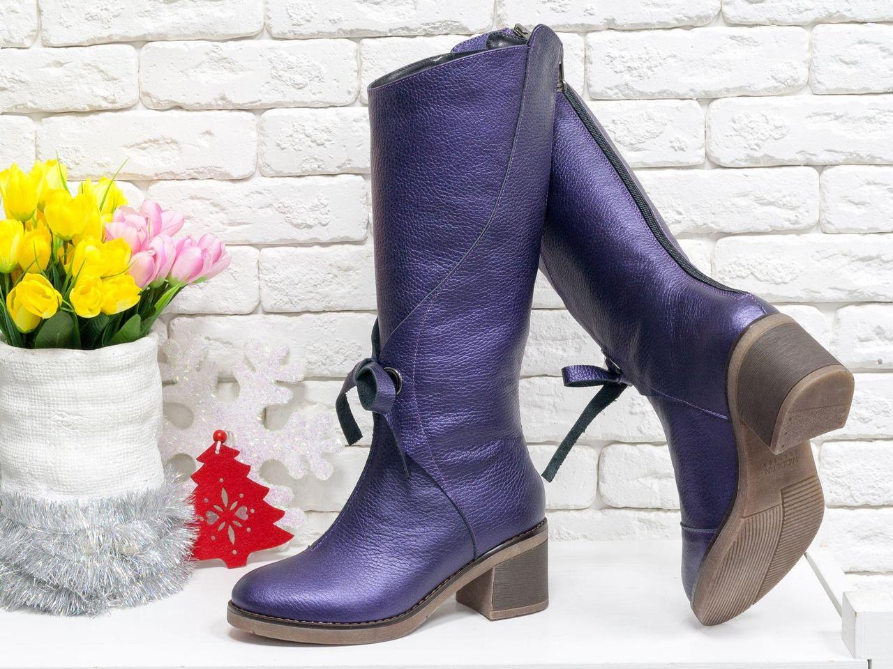 Стильные невысокие сапоги из натуральной кожи флотар насыщенного фиолетового цвета с легким перламутровым блеском, на удобном невысоком каблуке,  ТМ