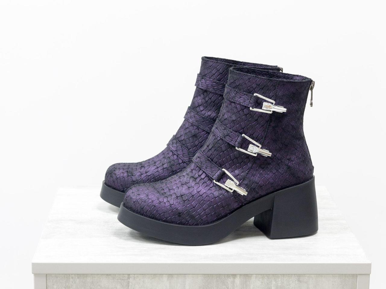Ботинки из эксклюзивной натуральной матовой кожи фиолетового цвета с текстурой рептилии, с ремешками и серебряными застежками на черной устойчивой