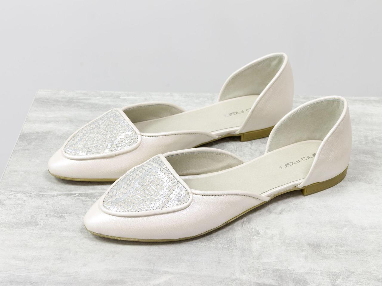 Облегченные туфли-лодочки с удлиненным носиком на низком ходу нежного сочетания молочной кожи с легким мерцанием и эксклюзивной кожи серебряный питон,
