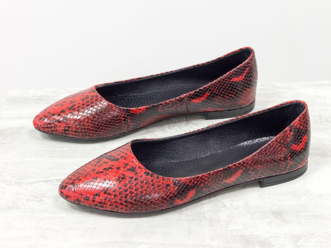 Балетки из натурального эксклюзивной кожи красного цвета с текстурой анаконда, на облегченной черной подошве, Т-413-45