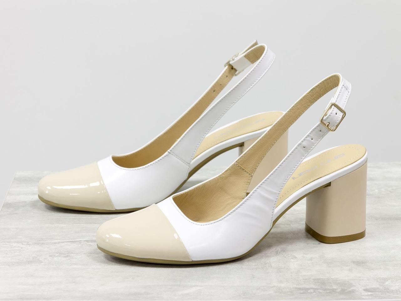 Женские туфли с открытой пяткой из натуральной итальянской белой кожи и лаковой кожи светло-бежевого цвета на устойчивом невысоком глянцевом каблуке