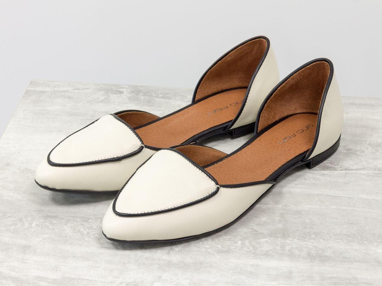 Облегченные туфли-лодочки с удлиненным носиком на низком ходу красивого сочетания черной и светло-бежевой кожи,  Д-24-16
