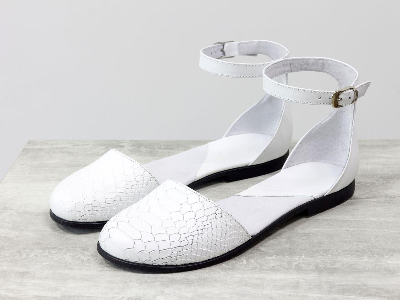 Легкие открытые туфли из натуральной кожи белого цвета с текстурой питон и гладкой кожи, на низком ходу, Летняя коллекция от Джино Фиджини, С-1929-02
