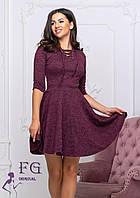 Бордовое платье до колен с расклешенным низом