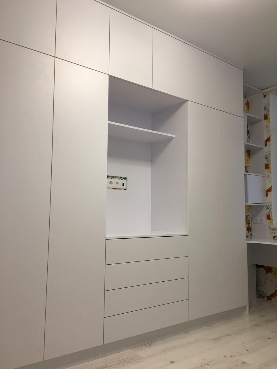 Белый матовый шкаф с полкой под тв. blum tip -on фурнитура
