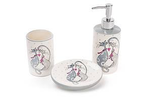 Набор для ванной керамический с объемным рисунком Влюбленные коты: диспенсер 375мл, мыльница, стакан 300мл BonaDi DM940-L