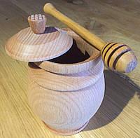 Деревянные бочонки для меда с ложкой.