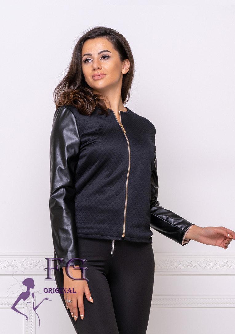 Тонкая куртка изготовлена из двух разных тканей, фактура которых потрясающе смотрится на девушке с любой фигур