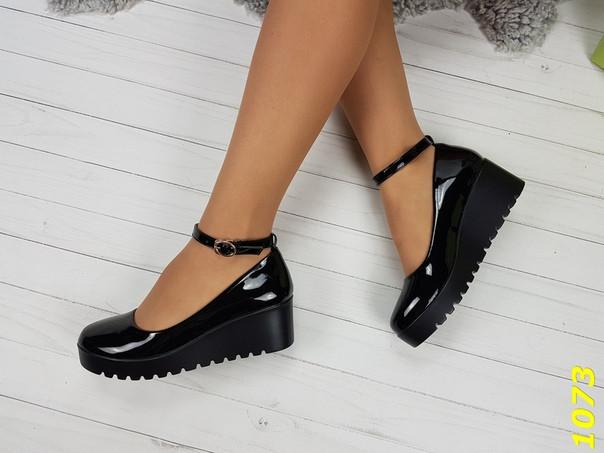 Туфли женские лаковые на низкой танкетке и на ремешке черные