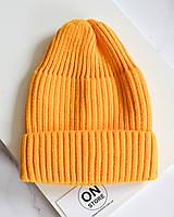 Стильная теплая шапка бини с отворотом желтого цвета
