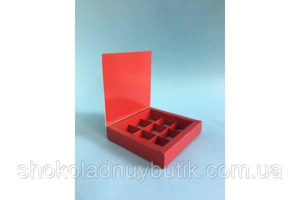 Коробка на 9 конфет, красного цвета.