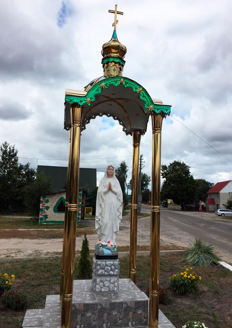 Каплиця 1.35х1.35м в розібраному стані і куполи з кулями і хрестами