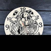 Стильные дизайнерские настенные деревянные часы в тату студию