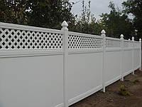 Пластиковый забор с решеткой сверху
