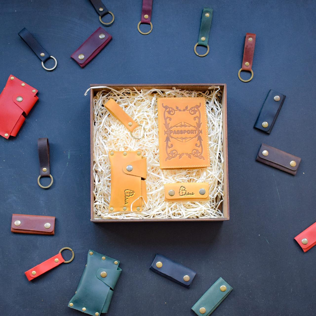 """Подарунковий набір шкіряних аксесуарів """"Evora"""": обкладинка на паспорт, чохол для навушників, брелок і візитниця"""