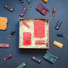 """Подарочный набор кожаных аксессуаров """"Evora"""": обложка на паспорт, чехол для наушников, брелок и визитница Красный"""