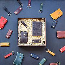 """Подарочный набор кожаных аксессуаров """"Evora"""": обложка на паспорт, чехол для наушников, брелок и визитница Коричневый"""