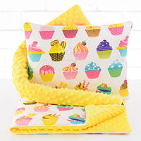 Плед и подушка с кексами жёлтого цвета