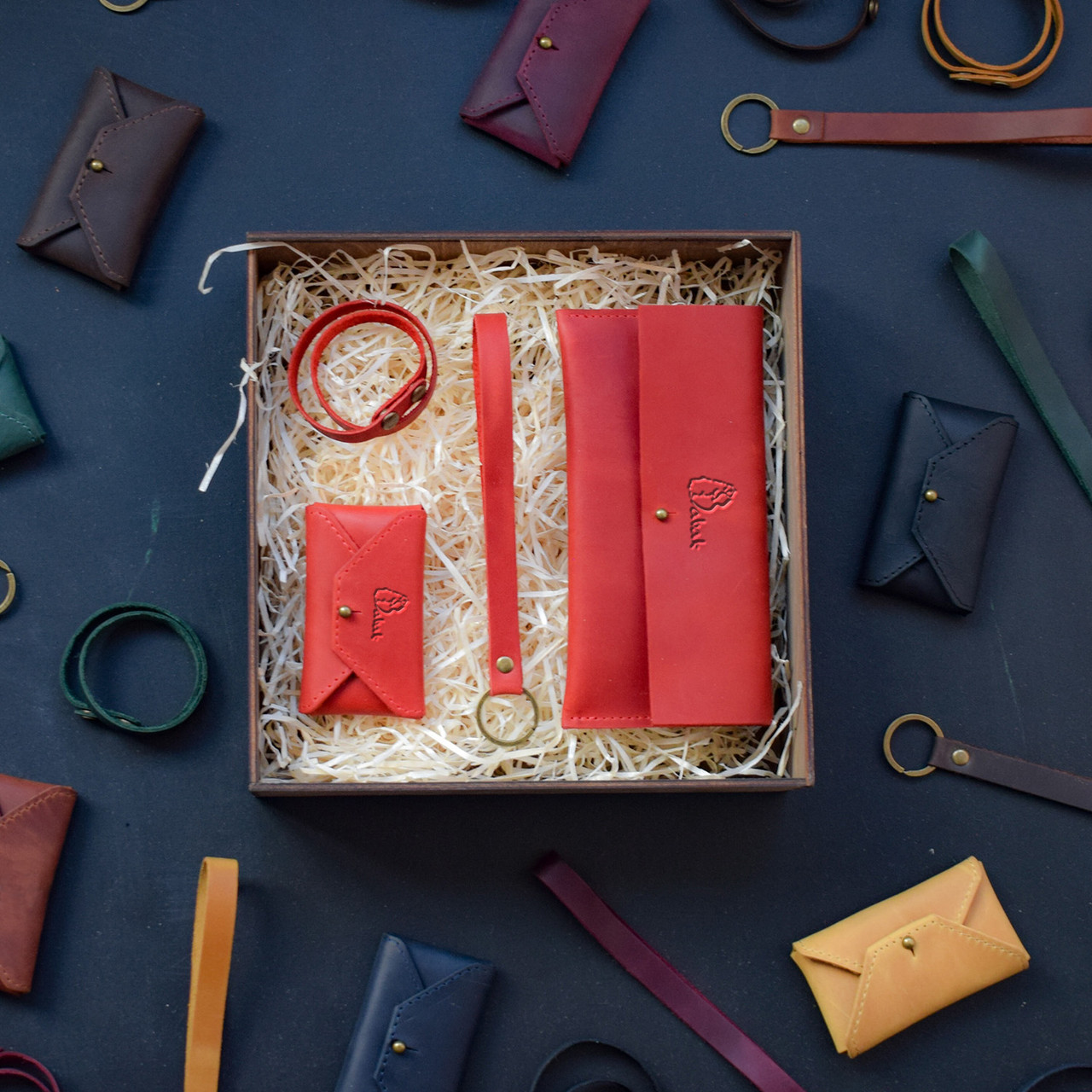 """Подарунковий набір шкіряних аксесуарів """"Lille"""": портмоне, брелок, браслет і візитниця-конверт"""