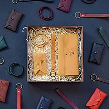 """Подарочный набор кожаных аксессуаров """"Lille"""": портмоне, брелок, браслет и визитница-конверт Кемел"""