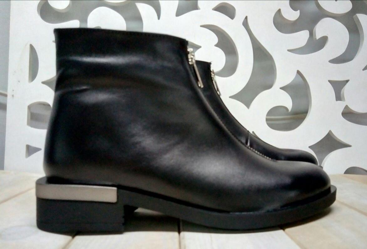 Ferre стильні жіночі демісезонні чоботи натуральна шкіра змійка попереду маленький квадратний каблук