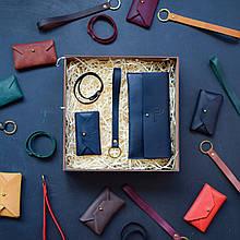 """Подарочный набор кожаных аксессуаров """"Lille"""": портмоне, брелок, браслет и визитница-конверт Синий"""