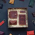 """Чоловічий подарунковий набір шкіряних аксесуарів """"Leon"""": зажим для грошей, обкладинка на паспорт, візитниця і брелок, фото 4"""