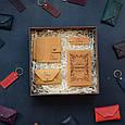 """Чоловічий подарунковий набір шкіряних аксесуарів """"Leon"""": зажим для грошей, обкладинка на паспорт, візитниця і брелок, фото 2"""