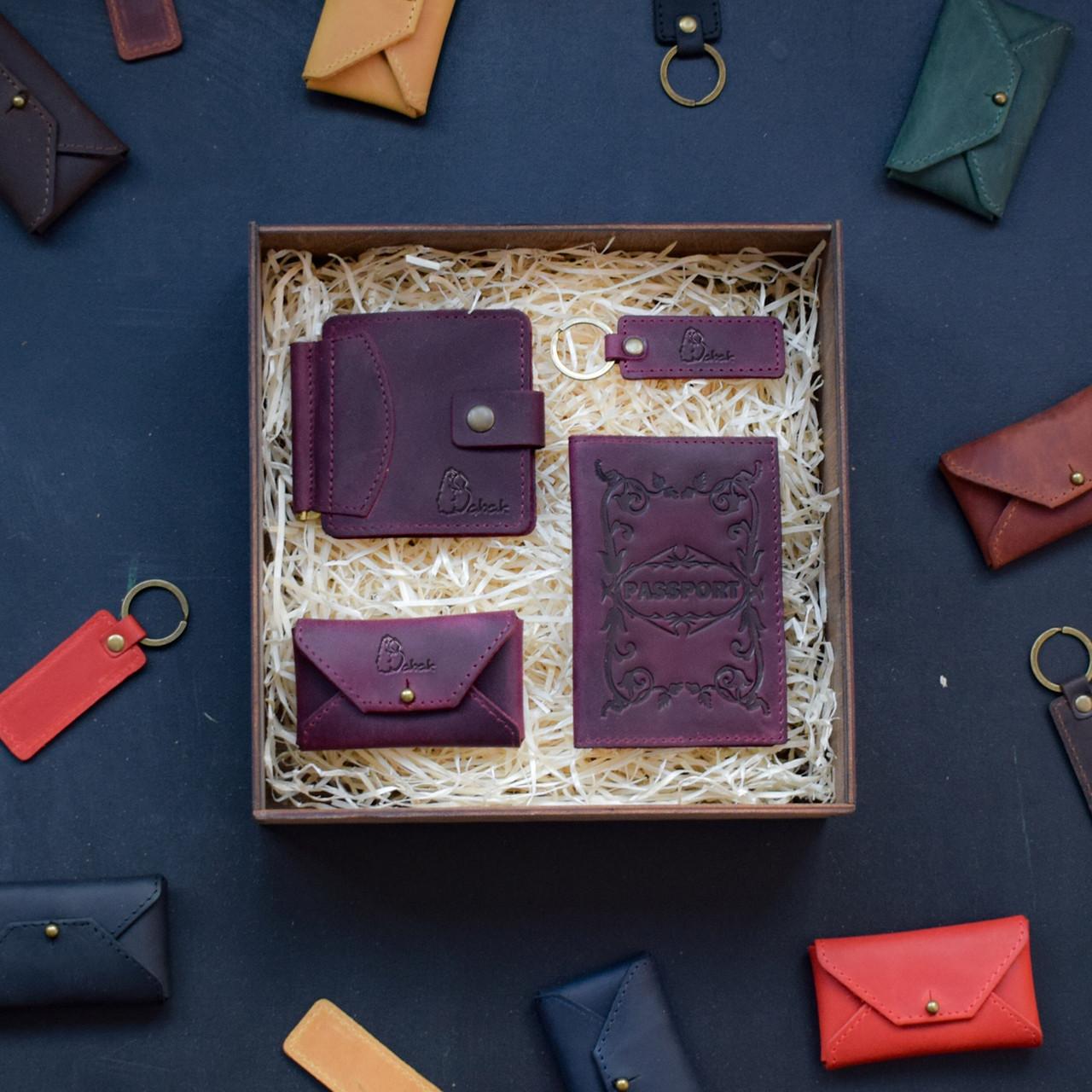 """Мужской подарочный набор кожаных аксессуаров """"Leon"""": зажим для денег, обложка на паспорт, визитница и брелок"""