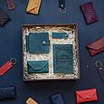 """Чоловічий подарунковий набір шкіряних аксесуарів """"Leon"""": зажим для грошей, обкладинка на паспорт, візитниця і брелок, фото 5"""