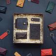 """Чоловічий подарунковий набір шкіряних аксесуарів """"Leon"""": зажим для грошей, обкладинка на паспорт, візитниця і брелок, фото 7"""