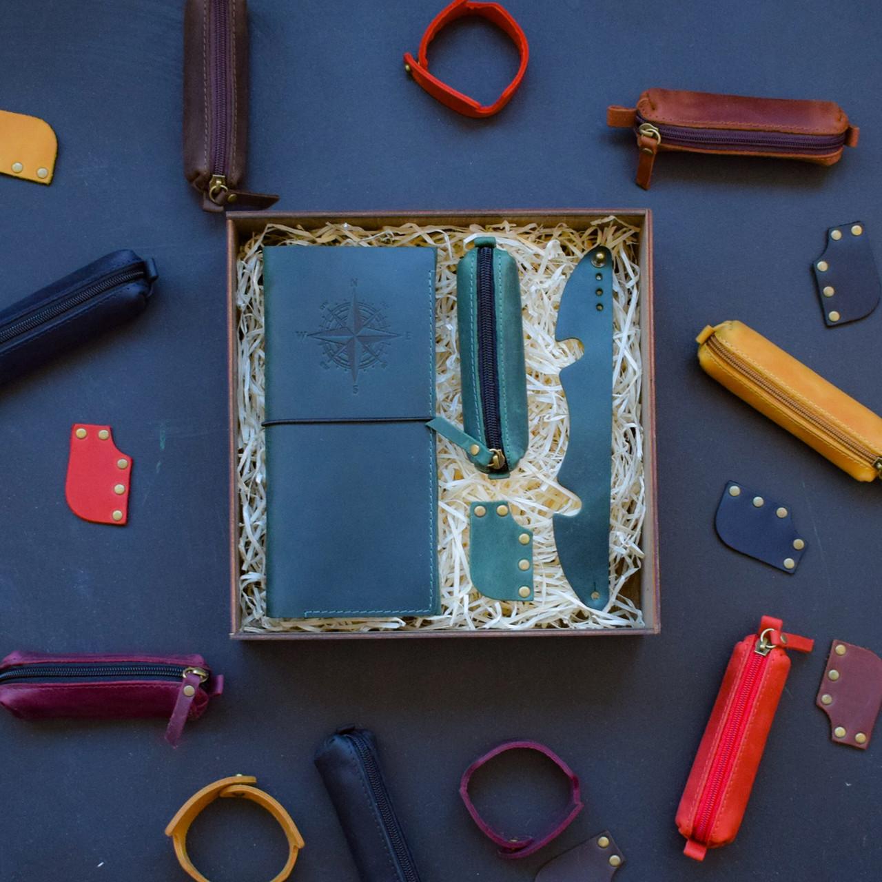 """Подарунковий набір шкіряних аксесуарів для подорожі """"Voyage"""": тревел-кейс, ключниця, браслет і закладка"""