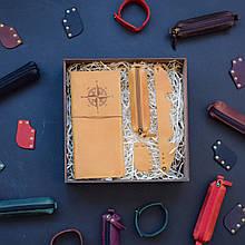 """Подарочный набор кожаных аксессуаров для путешествия """"Voyage"""": тревел-кейс, ключница, браслет и закладка Кемел"""