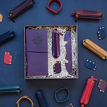 """Подарочный набор кожаных аксессуаров для путешествия """"Voyage"""": тревел-кейс, ключница, браслет и закладка Марсала"""
