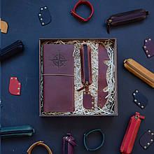 """Подарочный набор кожаных аксессуаров для путешествия """"Voyage"""": тревел-кейс, ключница, браслет и закладка Коньяк"""