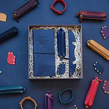 """Подарочный набор кожаных аксессуаров для путешествия """"Voyage"""": тревел-кейс, ключница, браслет и закладка Синий"""