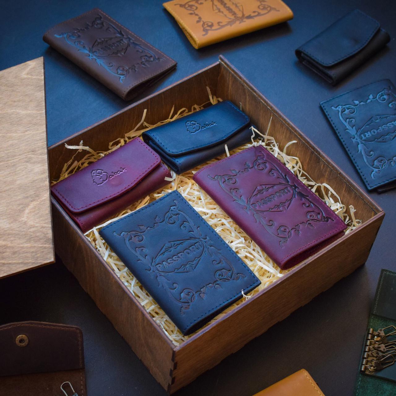 """Подарунковий набір шкіряних аксесуарів """"Для нього і для неї"""": дві обкладинки на паспорт і дві ключниці"""