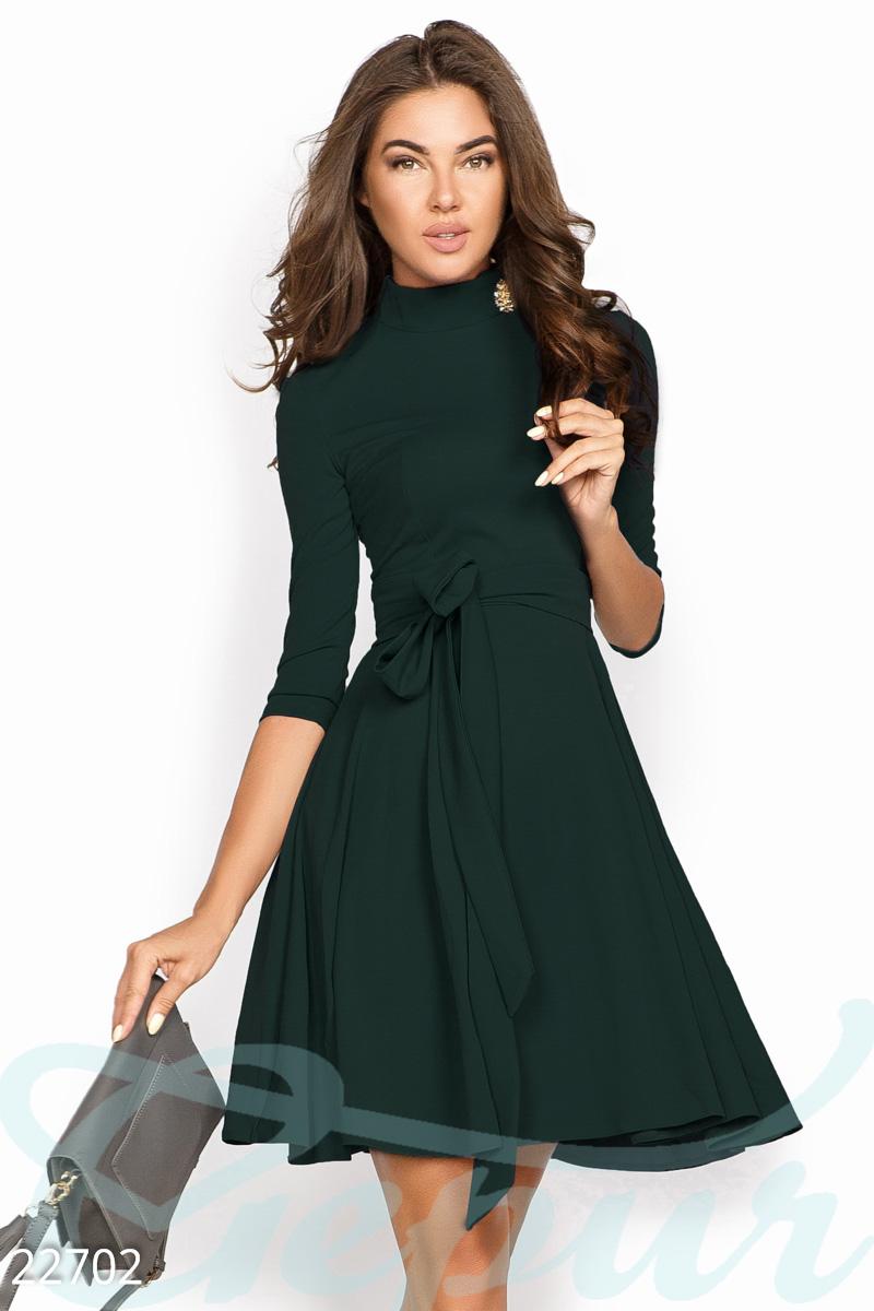 Модное платье с облегающим рукавом до локтя и сьемным поясом в тон цвет изумрудный