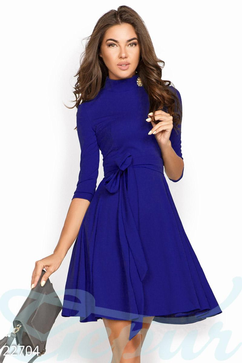 Демисезонное платье делового стиля выше колен рукав 3/4 расклешенная юбка цвет электрик